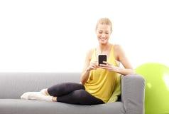 Mulher com telefone móvel Foto de Stock