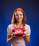 Mulher com telefone vermelho Imagens de Stock Royalty Free