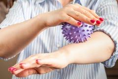 Mulher com terapia ocupacional, casca ou massagem com bola do ouri?o foto de stock royalty free