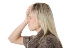 Mulher com terra arrendada da dor de cabeça sua mão à cabeça Imagem de Stock