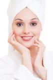 Mulher com a toalha branca em sua cabeça Imagens de Stock