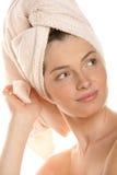 Mulher com a toalha envolvida cabeça Fotografia de Stock