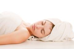 Mulher com a toalha envolvida cabeça Imagens de Stock