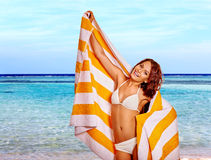 Mulher com a toalha na praia Foto de Stock Royalty Free