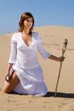 Mulher com a tocha na areia Fotografia de Stock Royalty Free