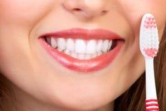 Mulher com tooth-brush Fotos de Stock Royalty Free