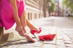 Mulher com tornozelo ferido foto de stock