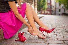 Mulher com tornozelo ferido imagem de stock