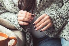 Mulher com tratamento de mãos bonito e o copo alaranjado do cacau Fotografia de Stock Royalty Free