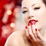 Mulher com tratamento de mãos vermelho Fotografia de Stock Royalty Free