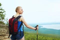 Mulher com a trouxa que caminha nas montanhas fotos de stock
