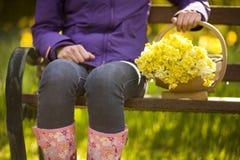 Mulher com trug de daffodils escolhidos fotos de stock royalty free