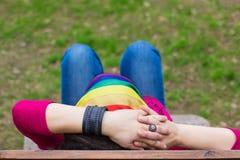 Mulher com um bandanna do arco-íris Foto de Stock