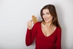 Mulher com um bolinho do pão-de-espécie Fotografia de Stock