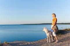 A mulher com um cão Imagens de Stock Royalty Free