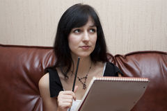 A mulher com um caderno Imagem de Stock Royalty Free
