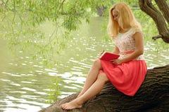 Mulher com um caderno Fotos de Stock Royalty Free