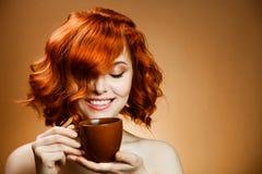 Mulher com um café aromático nas mãos Fotografia de Stock Royalty Free