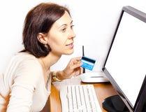 Mulher com um cartão de crédito imagem de stock