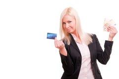 A mulher com um cartão de crédito e desconta dentro sua mão Fotografia de Stock
