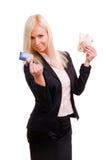 A mulher com um cartão de crédito e desconta dentro sua mão Fotografia de Stock Royalty Free