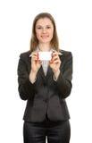 Mulher com um cartão. Isolado no branco Foto de Stock
