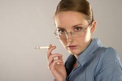 Mulher com um cigarro foto de stock