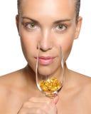 Mulher com um cocktail dos comprimidos Imagens de Stock