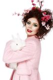 Mulher com um conceito de easter da mola do coelho, dos ovos e das flores Fotos de Stock