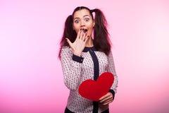 Mulher com um coração vermelho do papper nas mãos Fotos de Stock Royalty Free