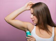 Mulher com um desodorizante Fotografia de Stock Royalty Free
