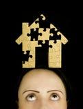 Mulher com um enigma a resolver foto de stock