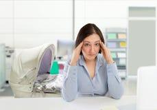 Mulher com um equilíbrio mau da vida do trabalho Imagem de Stock Royalty Free