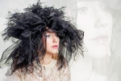 Mulher com um headpiece preto Fotos de Stock