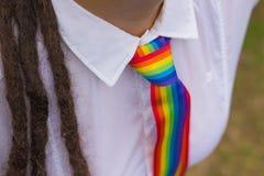 Mulher com um laço do arco-íris Imagens de Stock Royalty Free