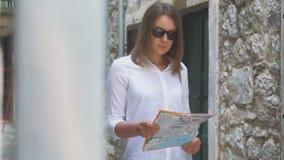 Mulher com um mapa vídeos de arquivo
