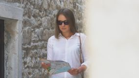 Mulher com um mapa video estoque