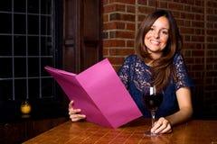 Mulher com um menu Fotografia de Stock Royalty Free