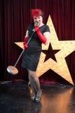 Mulher com um microfone na cena do PNF Fotos de Stock Royalty Free