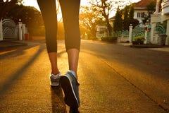 Mulher com um par atlético de pés que vão para um movimento fotos de stock