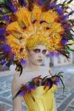 A mulher com um penteado de um pavão Caráter de Cosplay Foto de Stock Royalty Free