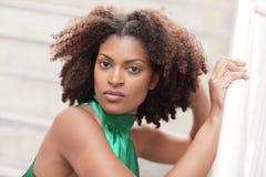 Mulher com um penteado moderno imagens de stock royalty free