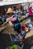 Mulher com um polo do ombro, Dali Old Town do Bai, China fotografia de stock