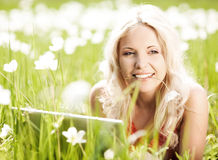 Mulher com um portátil Imagens de Stock Royalty Free