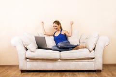 Mulher com um portátil em uma sala de estar fotos de stock