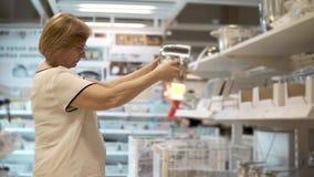 Mulher com um potenciômetro na loja