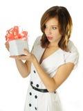 Mulher com um presente em suas mãos Fotos de Stock