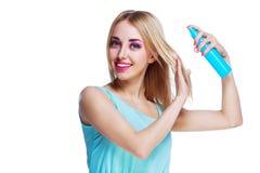 Mulher com um pulverizador de cabelo imagem de stock royalty free