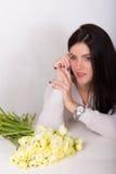 Mulher com um ramalhete Fotos de Stock Royalty Free