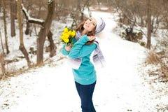 Mulher com um ramalhete das flores no parque Fotografia de Stock